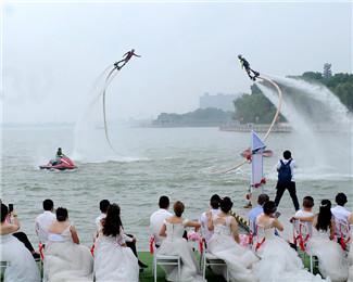 99对新人参加水上婚礼 水上飞人特技掀起爱情浪花