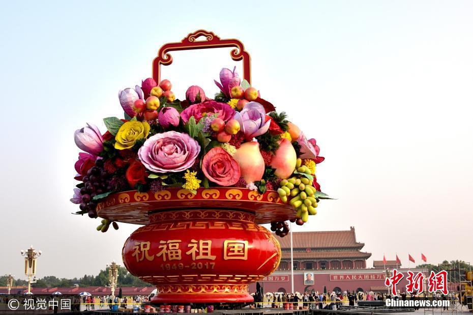天安门广场节日景观花篮吊装完成