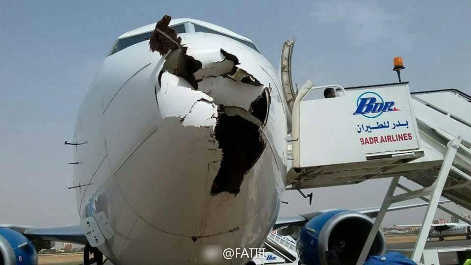 苏丹航班飞机机鼻被鸟撞出大洞