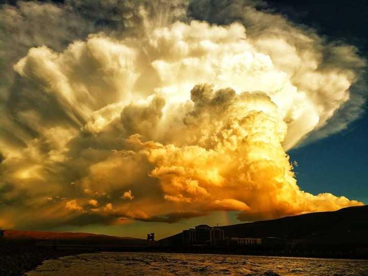 """奇观!阿坝县上空现""""爆炸云""""金色团簇瑰丽壮观"""