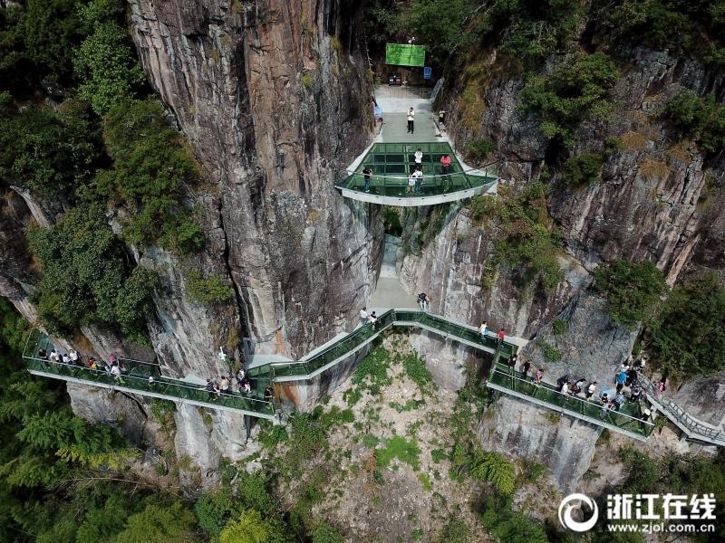 10月6日,丽水市遂昌县南尖岩景区,游客们行走在玻璃栈道上,体验悬崖