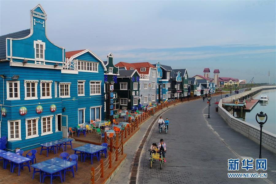 10月7日,游客在唐山湾月坨岛上游览.