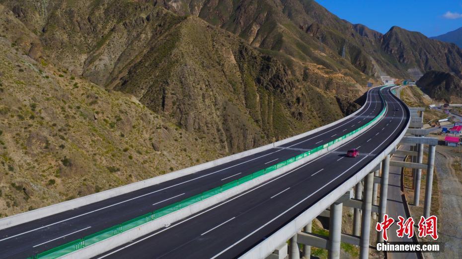 青海循隆高速公路航拍图. 马成龙 摄