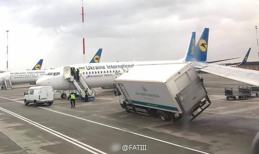 乌克兰基辅机场:飞机撞了餐车_新闻频道__中国青年网