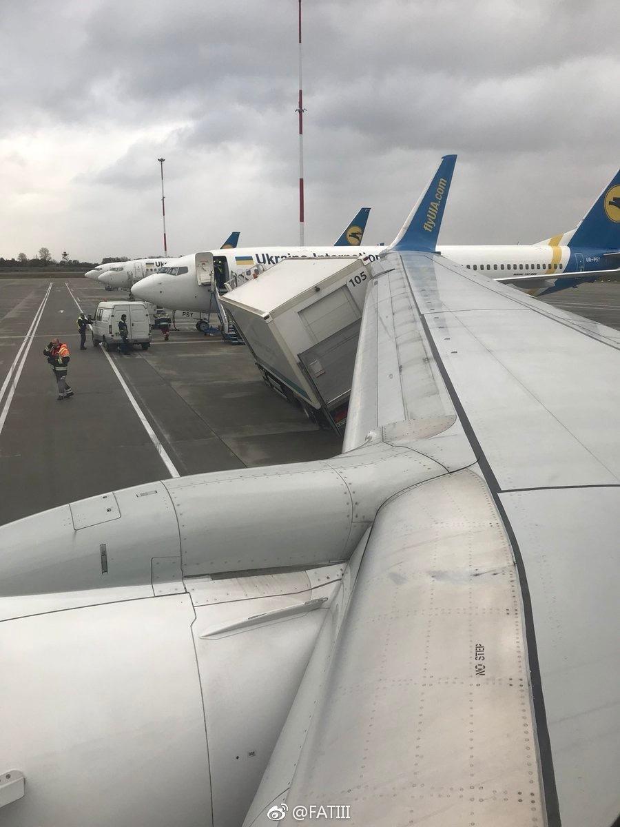 乌克兰一架客机机翼与一辆餐车相撞