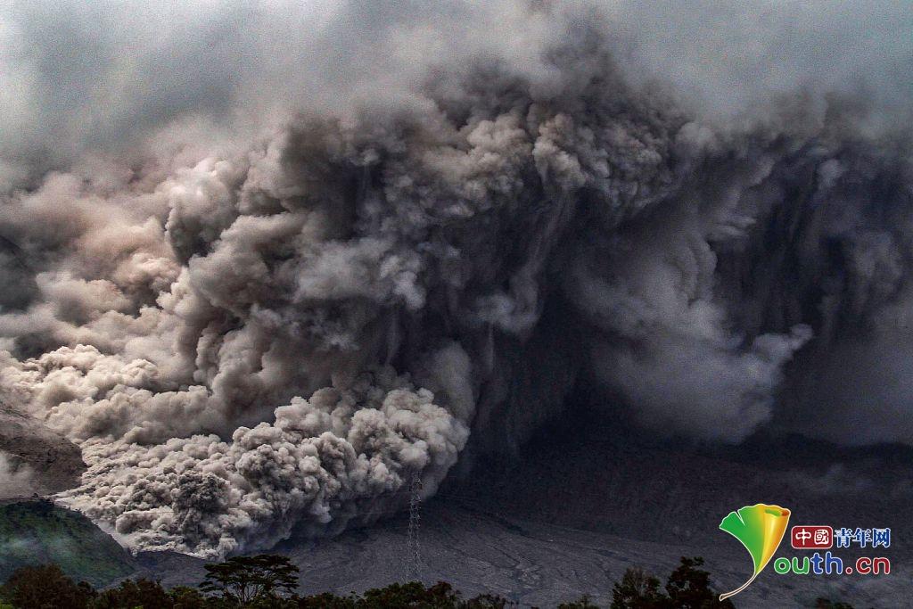 印尼火山持续爆发 火山灰遮天蔽日似末日来临