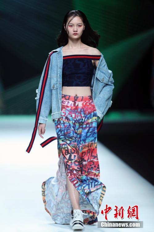 本次发布的时尚牛仔装系列,以牛仔为素材,艺术为灵感,结合时尚,科技