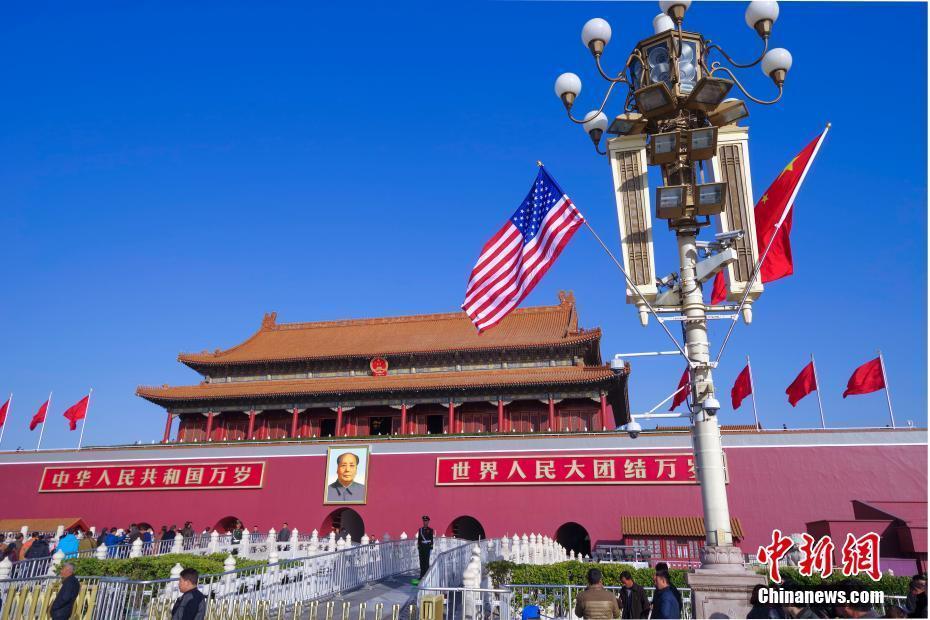 北京天安门前悬挂中美两国国旗