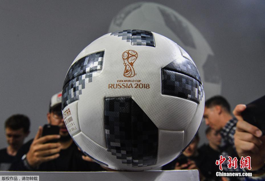 """俄罗斯世界杯用球""""电视之星""""问世 足球上马赛克抢眼"""