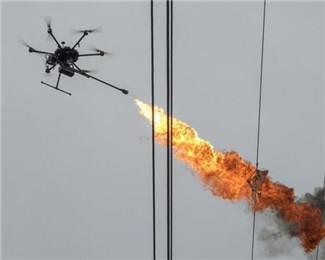 无人机高空喷火 清除电线上漂挂物