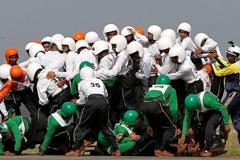 印度表演队几十人挤一辆摩托车