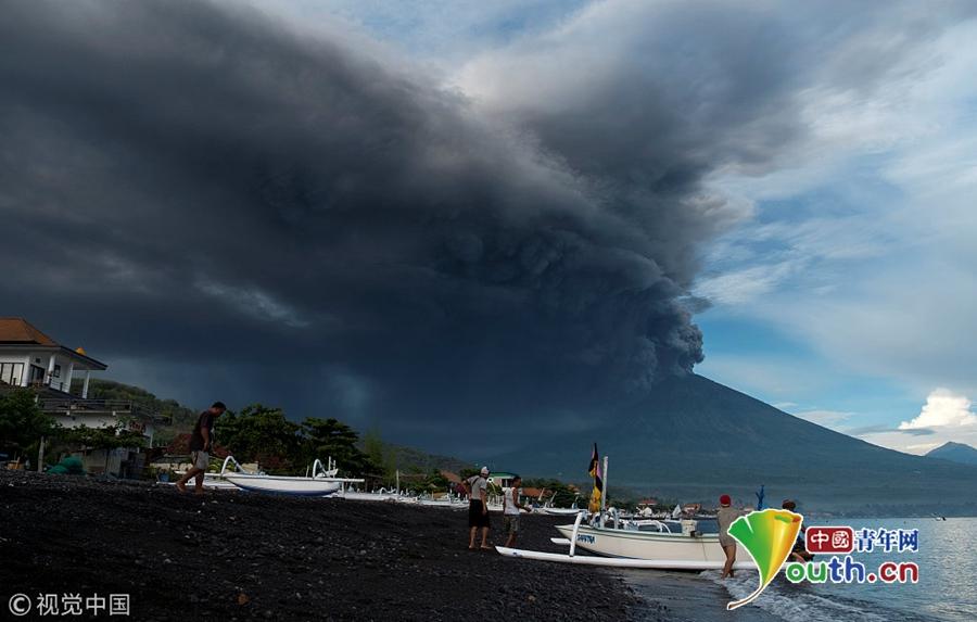 印尼巴厘岛阿贡火山喷发 火山灰直冲云霄小朋友淡定拍照