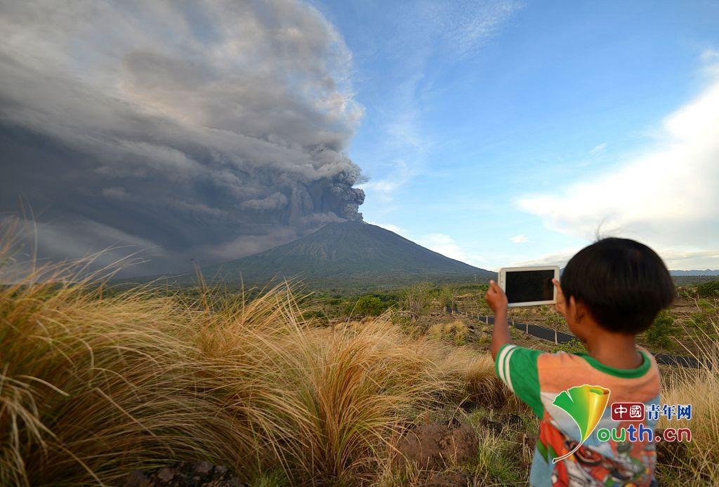印尼巴厘岛阿贡火山喷发 火山灰直冲云霄