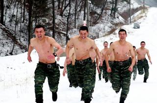 警特战队雪地赤身搏击.png