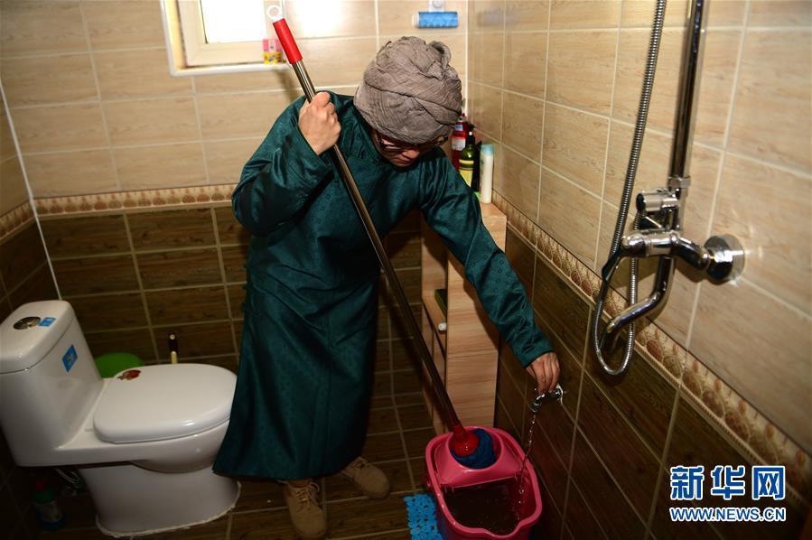 (社会)(1)牧民娜仁花家中的厕所变迁