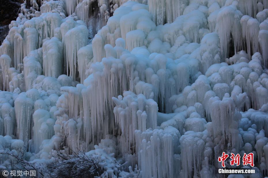 北京市门头沟区神泉峡涌现冰瀑镶嵌悬崖景象,蔚为壮观.
