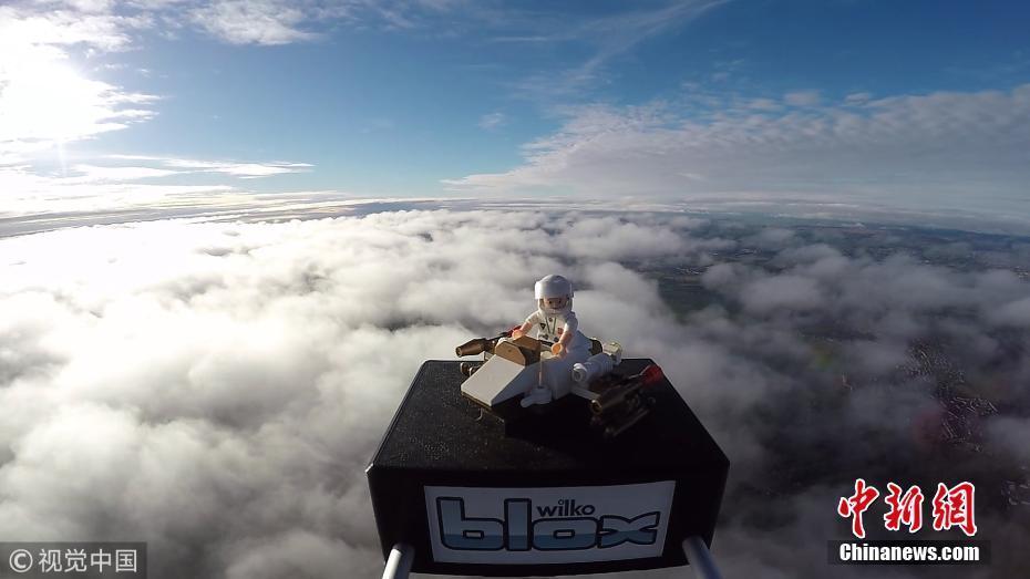 最终,他们的玩具抵达了37800米的高空,比飞机飞行的高度还要高三倍.