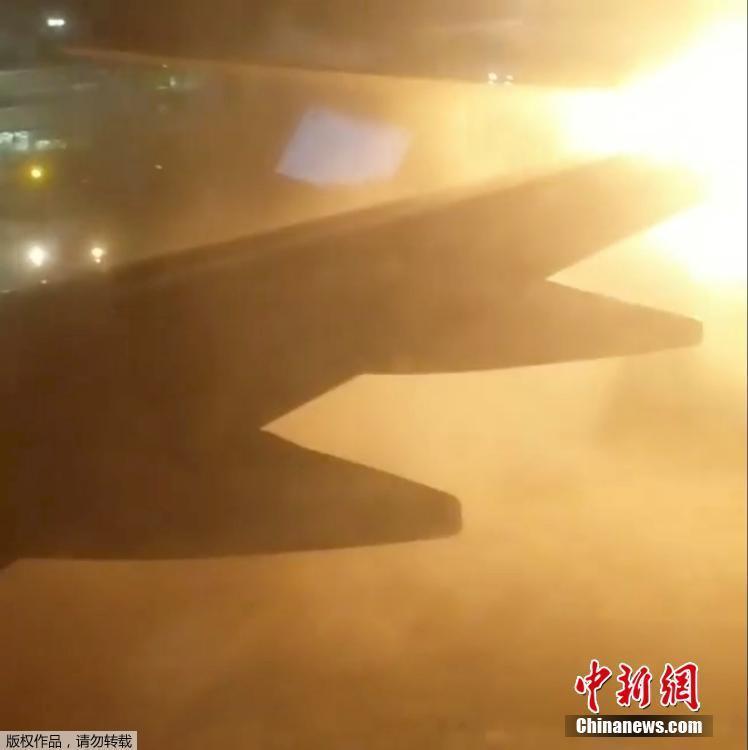 加拿大多伦多皮尔森国际机场两架飞机发生碰撞,引发起火.