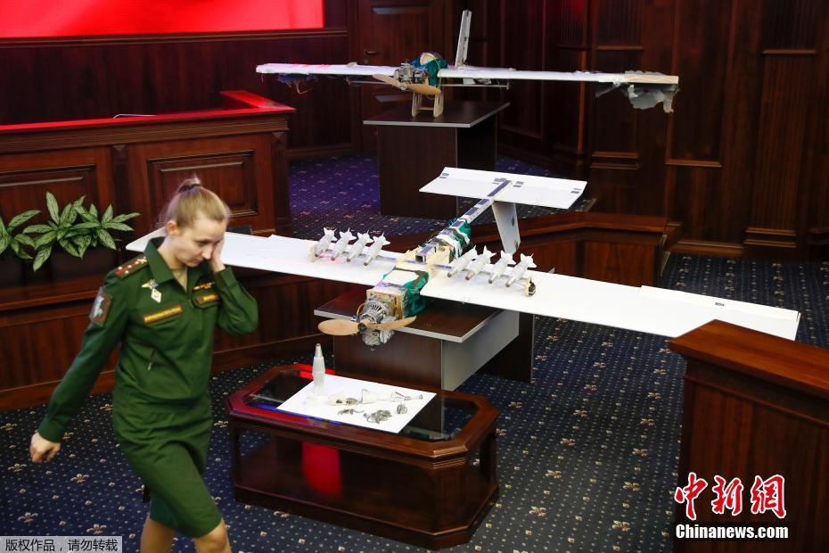 俄展示俘获的无人机 每架飞机携带10枚炸弹