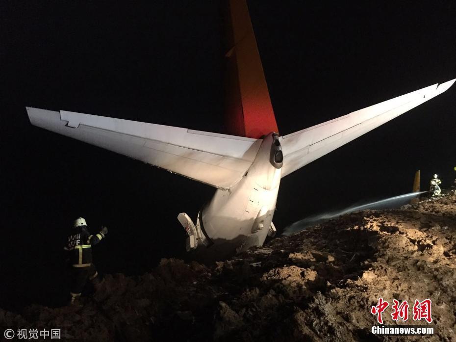 土耳其一架客机降落时滑出跑道 险些坠海