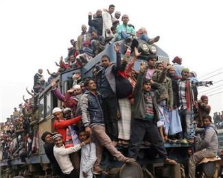 孟加拉国火车人满为患严重超载