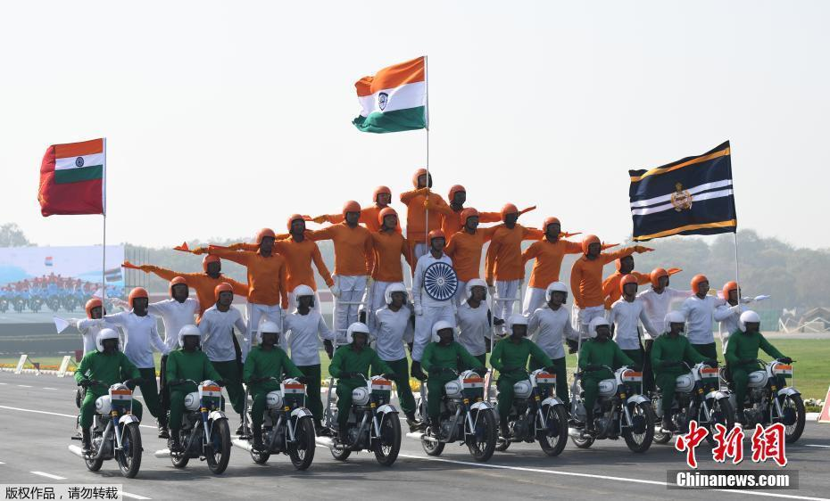 印度70周年阅兵式再现摩托车杂技 网友:以为是杂技团上线