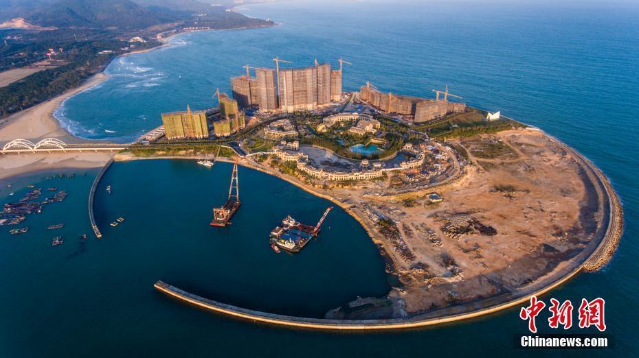 图为航拍海南省万宁市日月湾综合旅游度假区人工岛项目.