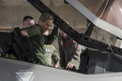 日空自少将登上F-35A战斗机