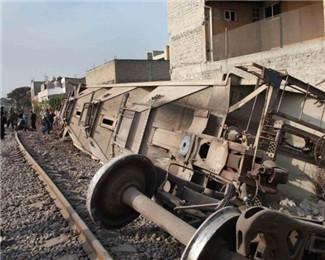 墨西哥一货运列车脱轨撞民居