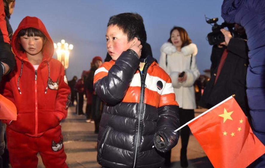 """""""冰花男孩""""北京圆梦 和家人看升旗.png"""