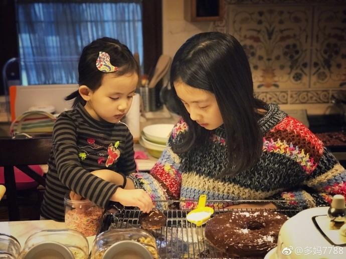 黄磊俩女儿做甜点 多多甜笑亭亭玉立