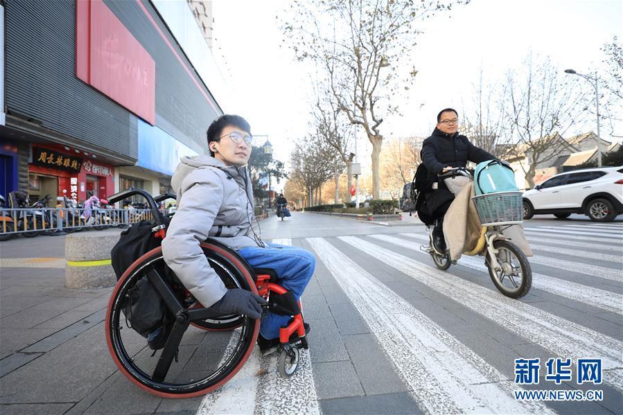 """#(图片故事)(1)轮椅青年为爱""""奔走"""""""