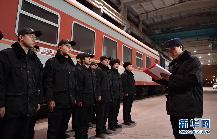 """(关注春运)(1)寒夜里的春运列车""""体检员"""""""