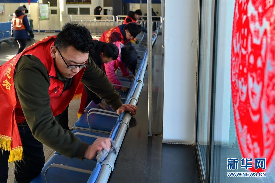 (关注春运)(1)山西:学生志愿者温暖春运回家路