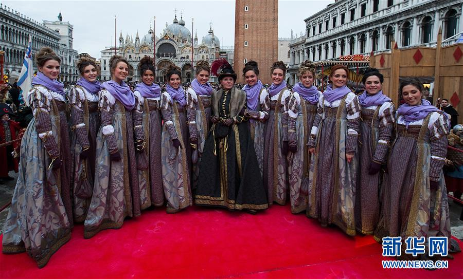 """(国际)(5)威尼斯狂欢节举行""""玛丽节""""游行"""