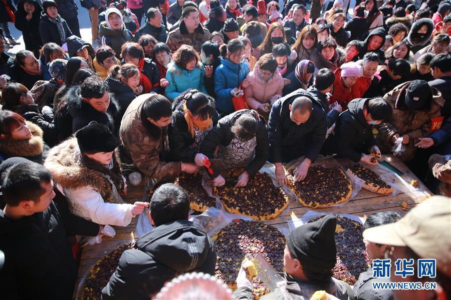 #(社会)(1)河北平山举行千人年糕宴