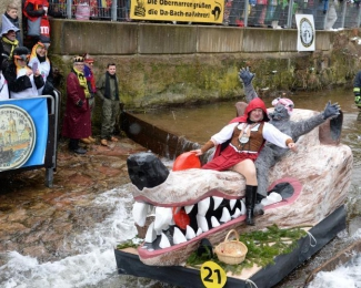 德国小镇举行木筏比赛