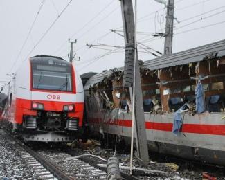 奥地利两辆客运列车发生相撞事故