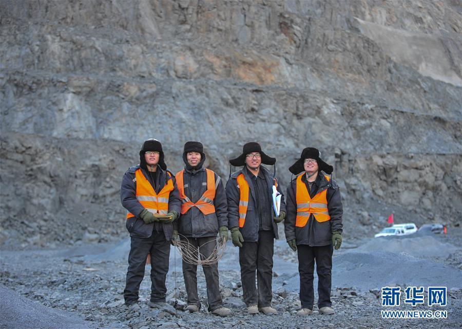 白云鄂博铁矿采矿技术组工人在工作平台合影(2月14日摄).