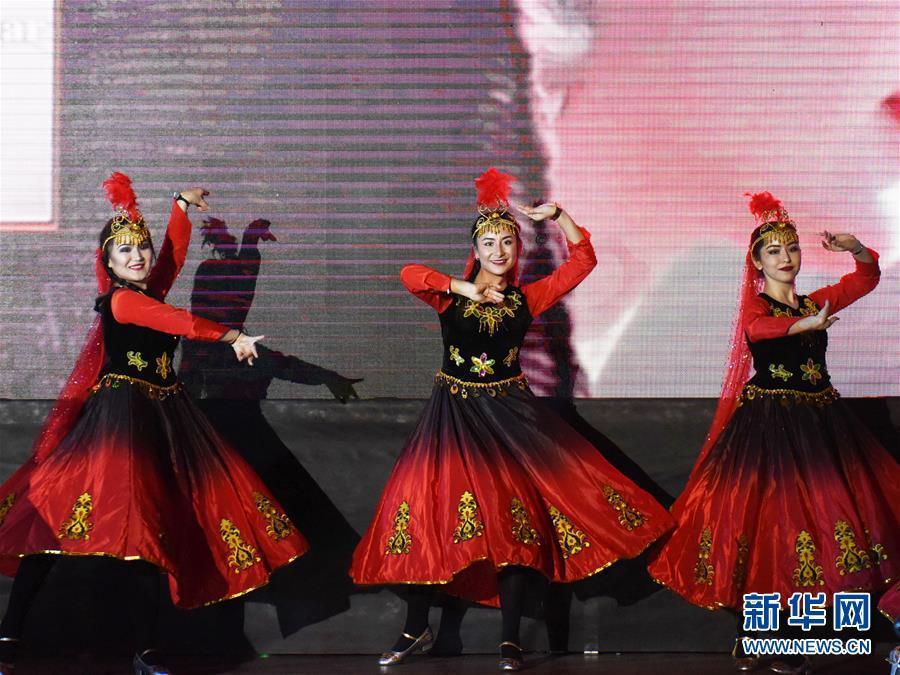 2月11日,在土耳其伊斯坦布尔,中国留学生表演舞蹈《美丽的姑娘》。   来自中国和土耳其的学生11日在土耳其伊斯坦布尔的海峡大学恰克萨瓦尔校区礼堂上演舞蹈、歌曲、小提琴、武术、旗袍秀和节奏口技等精彩节目,给约400名观众带来了中国春节的温暖、欢乐和祝福。