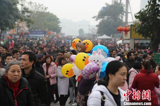 春节期间重庆洋人街游客爆棚