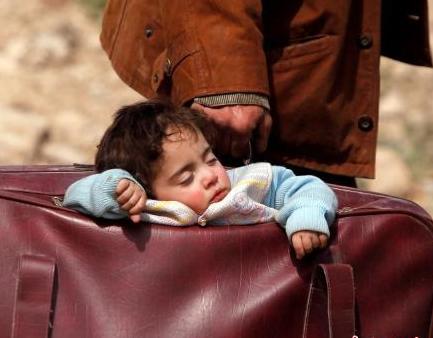 叙民众逃离战火路上一幕