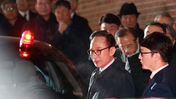 韩国前总统李明博被连夜拘捕-前往看守所.jpg