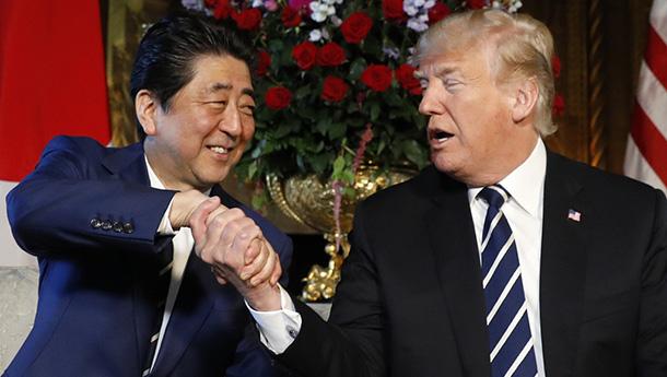 """特朗普会见安倍晋三继续""""握手杀""""-安倍又双叒叕尴尬了.jpg"""