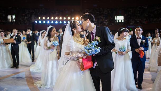 浙大校庆举行集体婚礼-121对新人喜结良缘.jpg