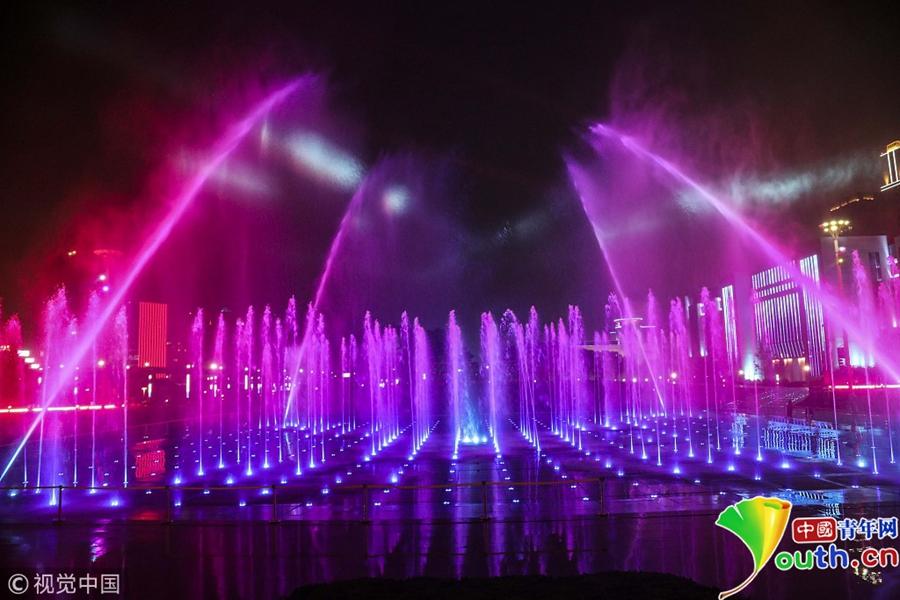 青岛:五彩音乐喷泉扮靓市民广场夜色