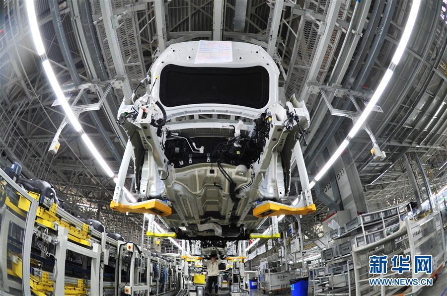 工人在北京现代沧州工厂总装车间生产线上工作(4月21日摄).
