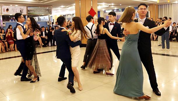 高校举行毕业酒会-为毕业增添仪式感.jpg