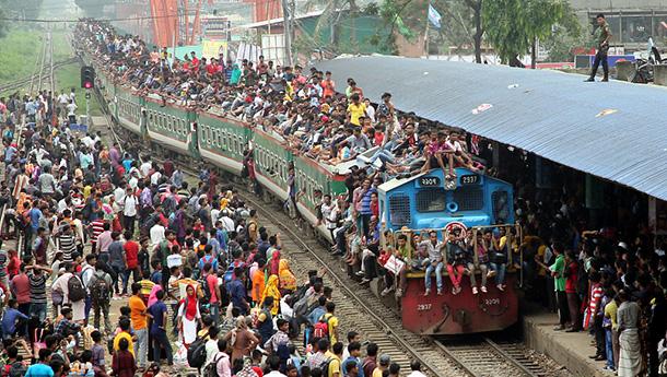 孟加拉国开斋节迎返乡潮人山人海-火车轮船超载吓人.jpg