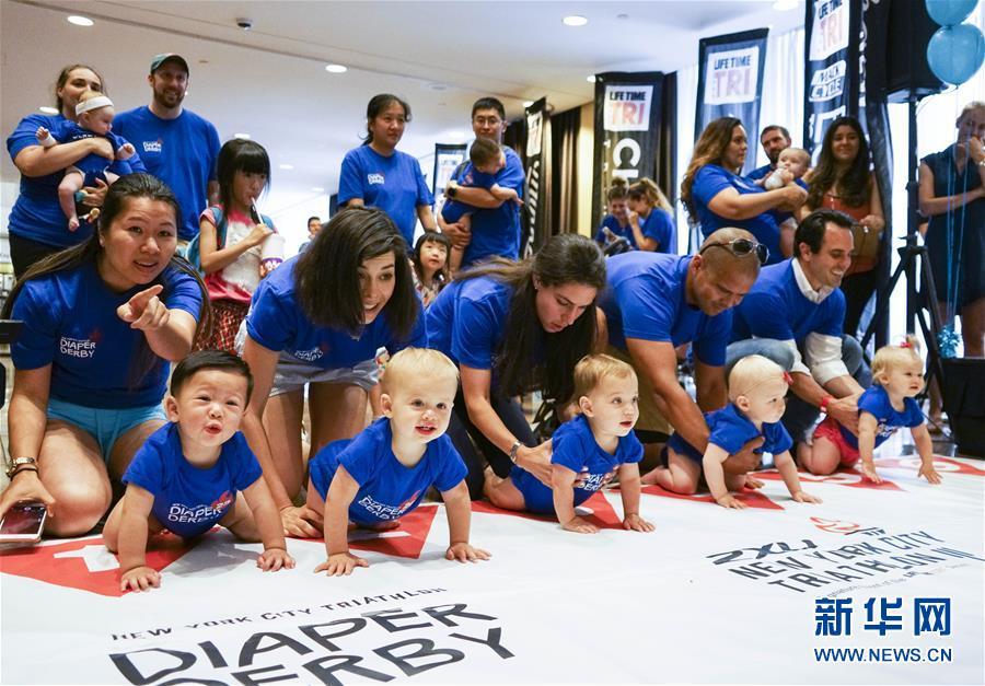 """(国际)(2)纽约举行""""尿布德比""""婴儿爬行赛"""